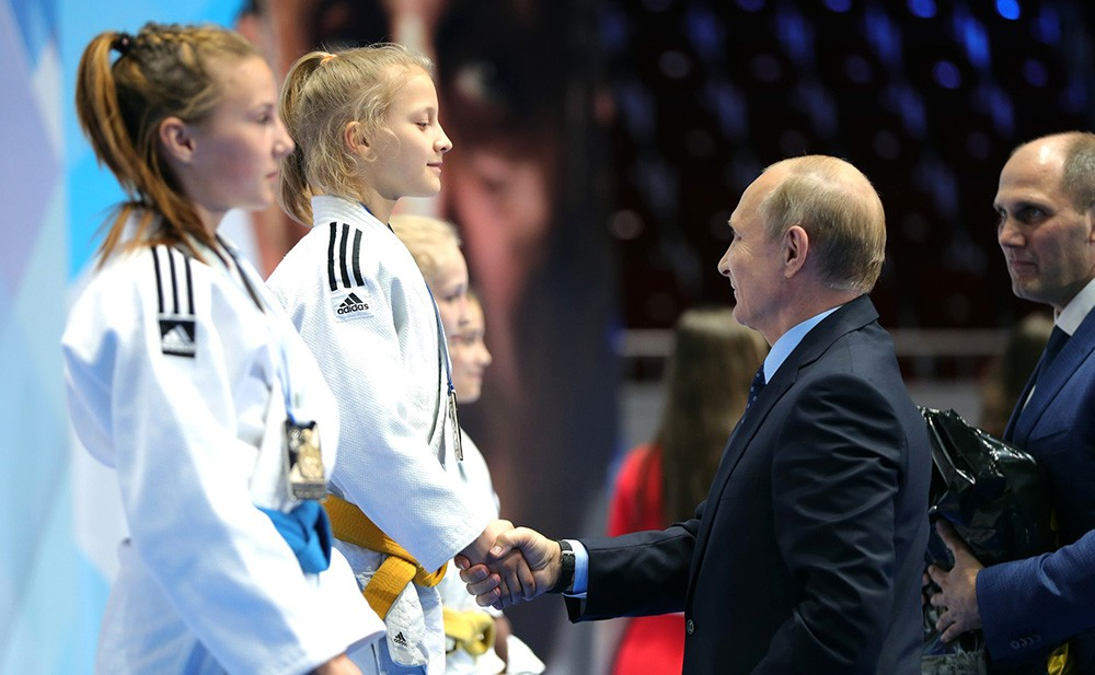 Владимир Путин награждает победителей юношеского турнира по дзюдо
