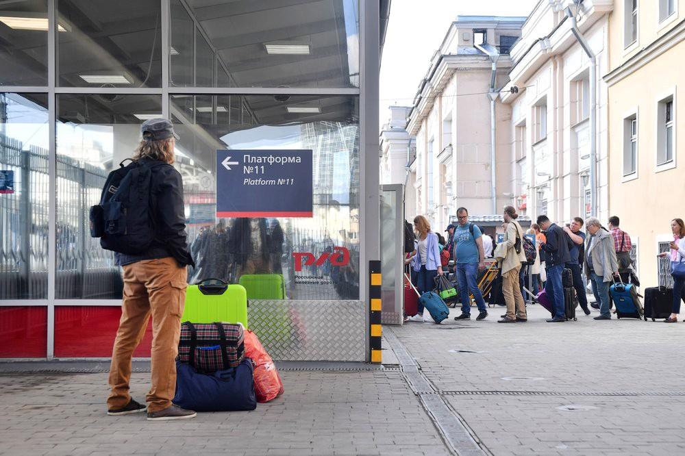 Пассажиры на вокзале