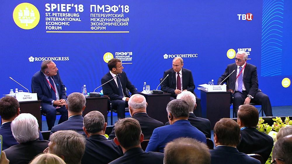 Владимир Путин и Эммануэль Макрон на Международном экономическом форуме в Санкт-Петербурге