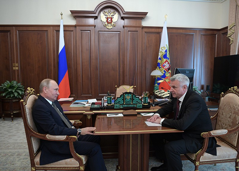 Владимир Путин во время встречи с бывшим главой города Нижний Тагил Сергеем Носовым