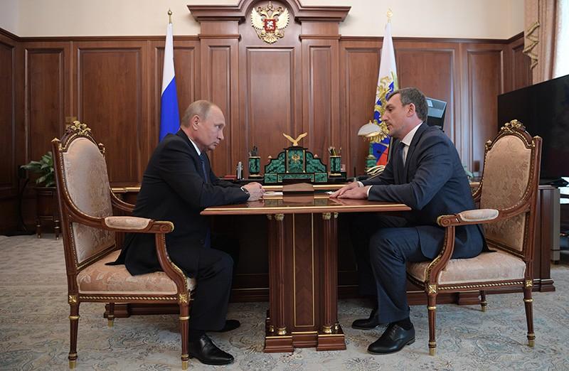 Владимир Путин и временно исполняющий обязанности губернатора Амурской области Василий Орлов