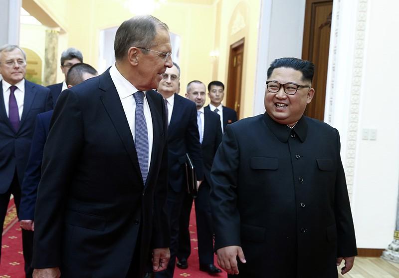 Глава МИД России Сергей Лавров и глава КНДР Ким Чен Ын на встрече в Пхеньяне