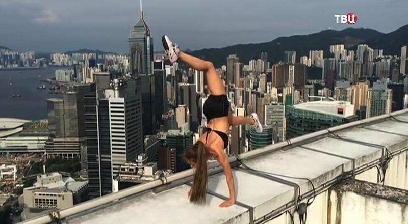 Девушка делает селфи на крыше дома
