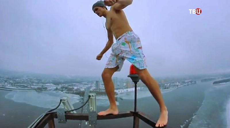 Парень делает селфи на крыше дома