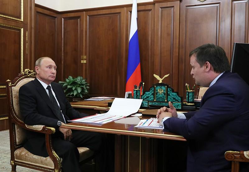 Владимир Путин и губернатор Новгородской области Андрей Никитин во время встречи