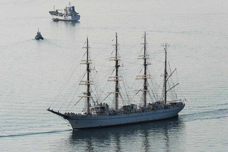 """Японский парусник """"Kaiwo Maru"""" заходит в бухту Золотой Рог во Владивостоке"""