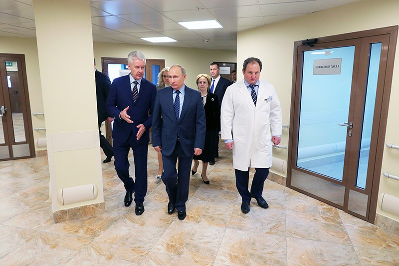 Владимир Путин и Сергей Собянин во время посещения Морозовской детской больницы