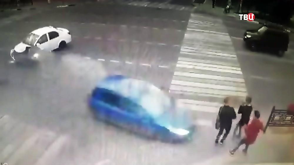Автомобиль сбивает людей на тротуаре