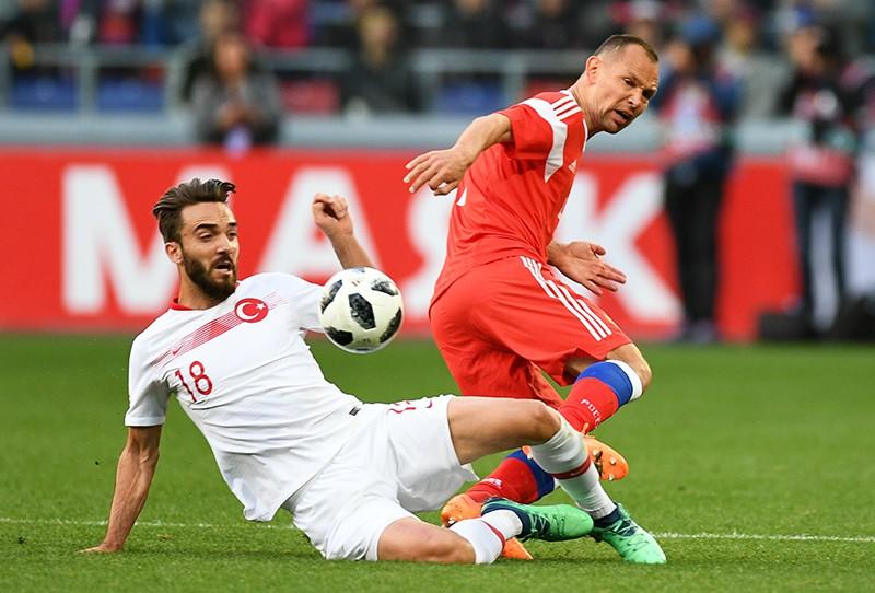 Кенан Караман (Турция) и Сергей Игнашевич (Россия) в товарищеском матче между сборными командами России и Турции