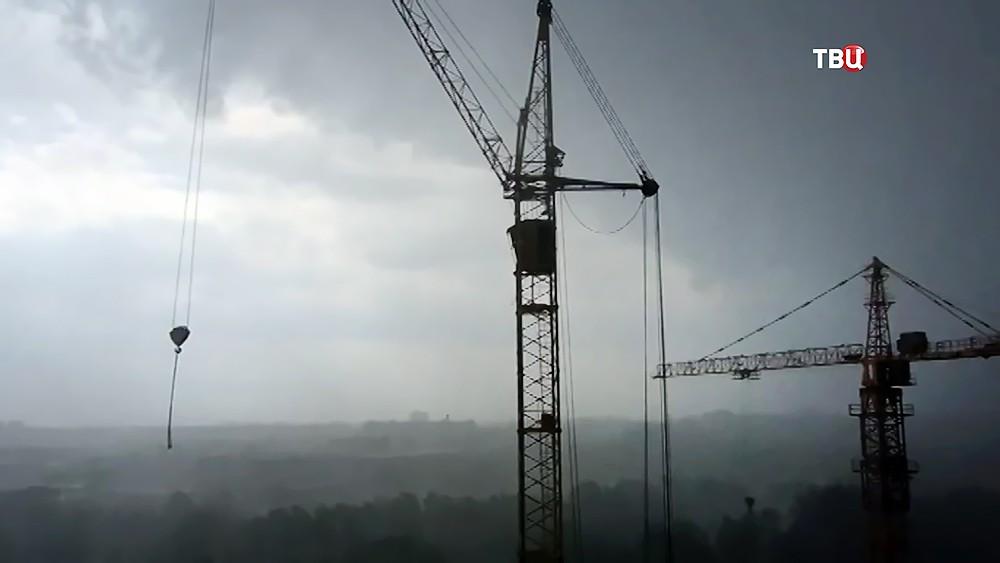 Ураган раскачивает башенный кран