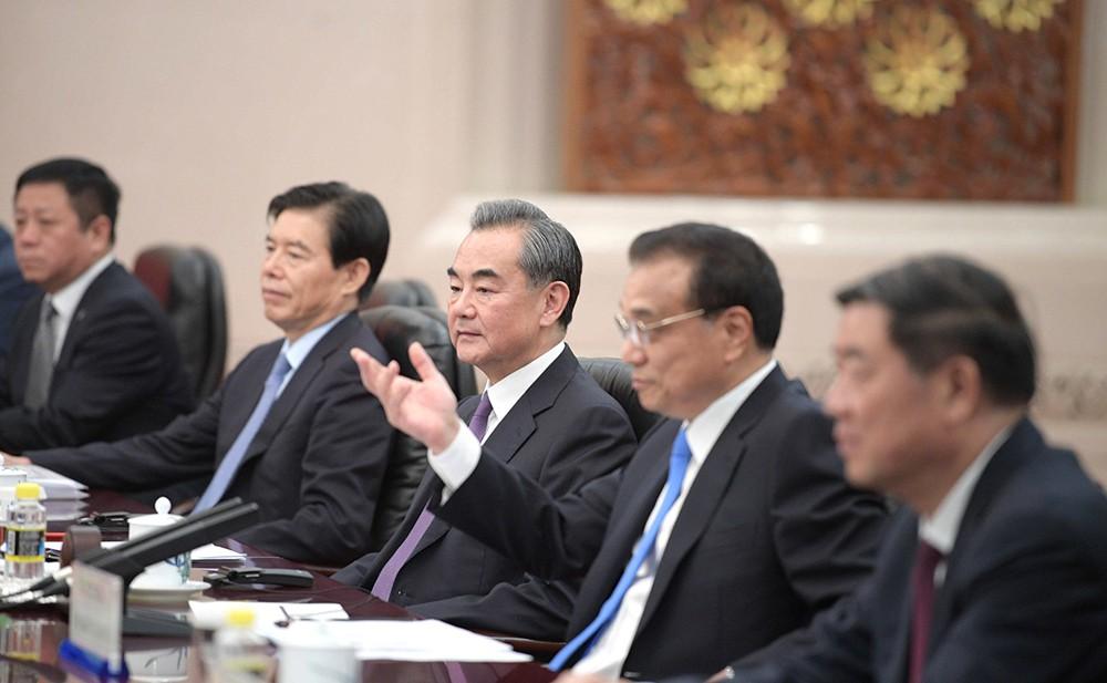 Глава МИД Китая Ван И и премьер Госсовета Китая Ли Кэцян