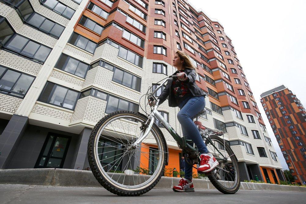 Девушка катается на велосипеде