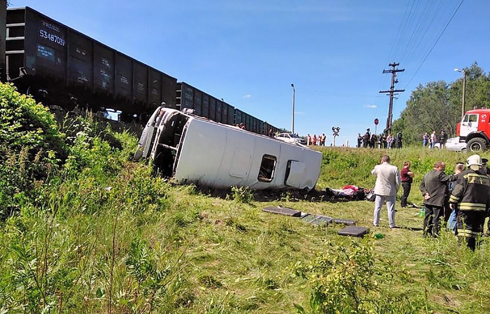 Последствия ДТП с участием автобуса и грузового поезда под Орлом