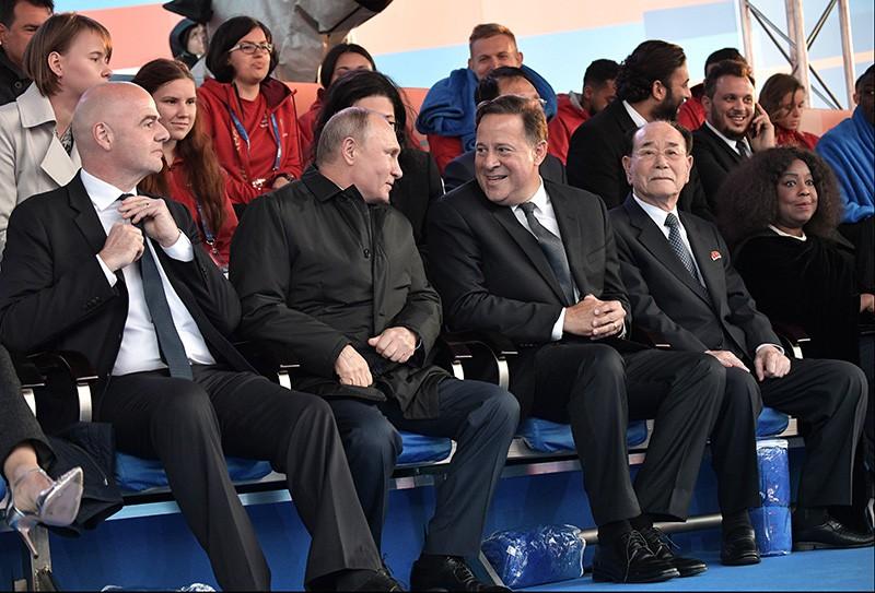Президент России Владимир Путин и президент FIFA Джанни Инфантино (слева) во время гала-концерта звёзд мировой оперной сцены