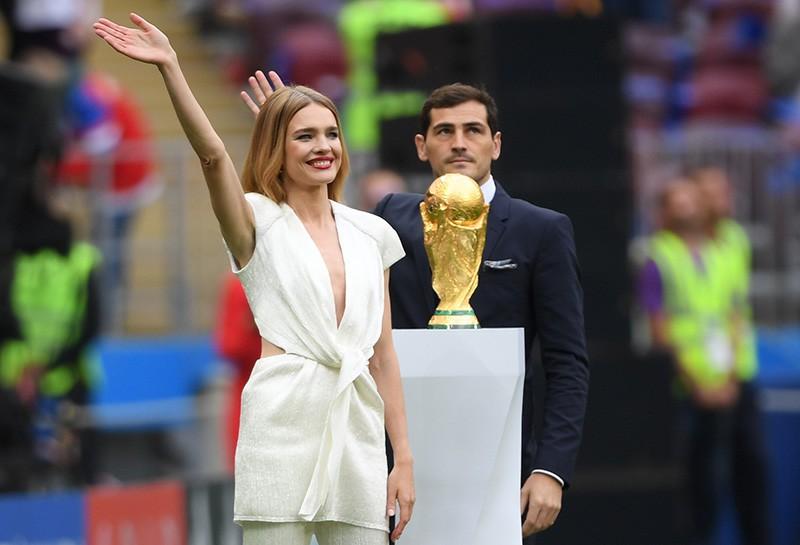 Модель Наталья Водянова и футболист Икер Касильяс с кубком чемпионата мира по футболу 2018