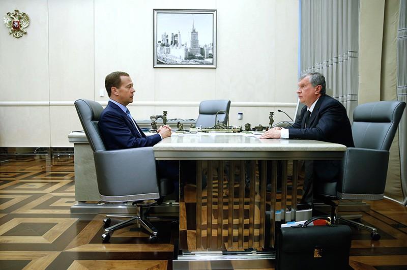 Дмитрий Медведев и Игорь Сечин во время встречи