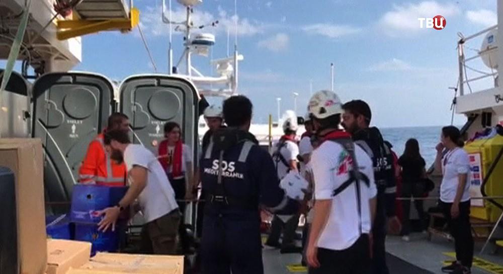 Мигранты с судна Aquarius