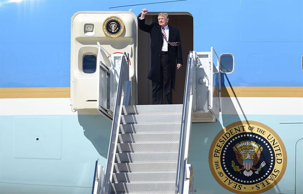 Дональд Трамп на трапе самолета