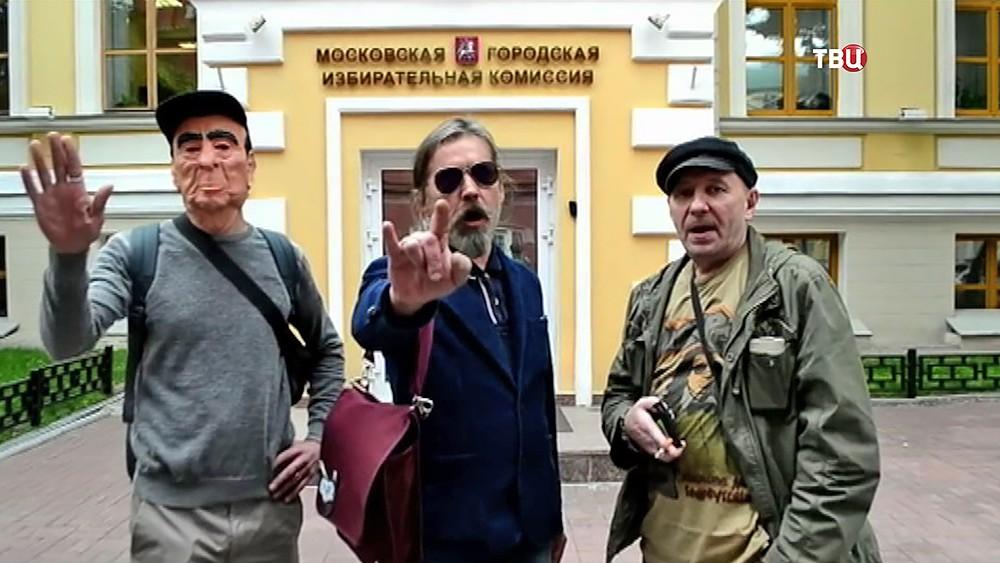 """Музыкант Сергей Троицкий """"Паук"""" возле Мосгоризбиркома"""