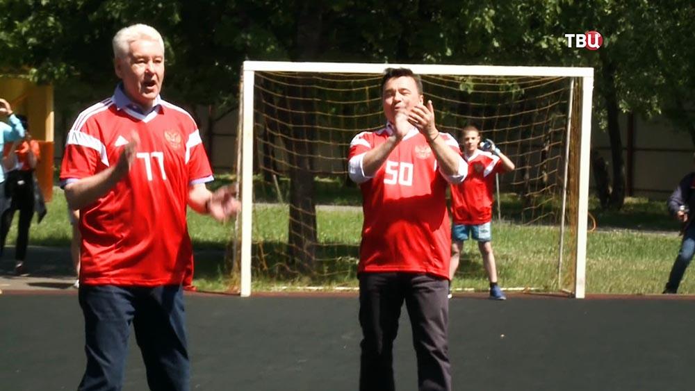 Сергей Собянин и Андрей Воробьёв играют в футбол
