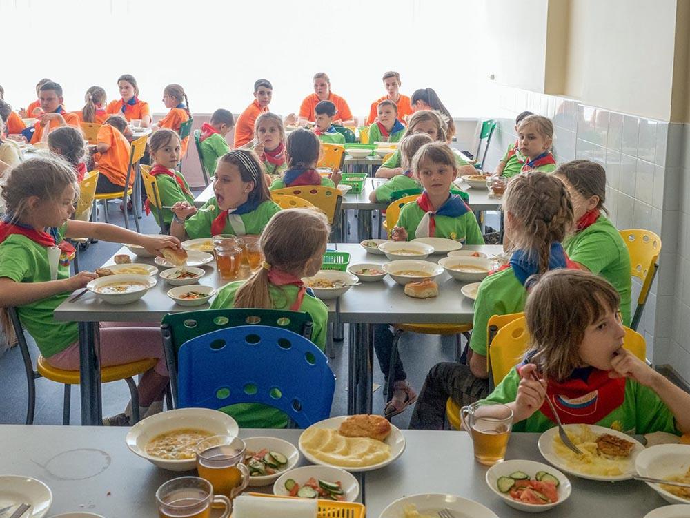 Столовая в детском лагере