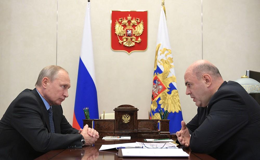 Владимир Путин и руководитель Федеральной налоговой службы Михаил Мишустин