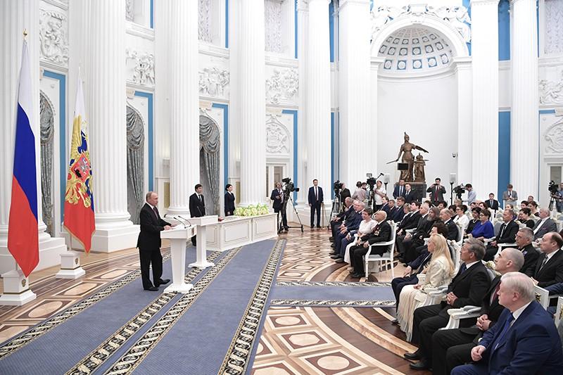 Владимир Путин выступает на церемонии вручения государственных наград