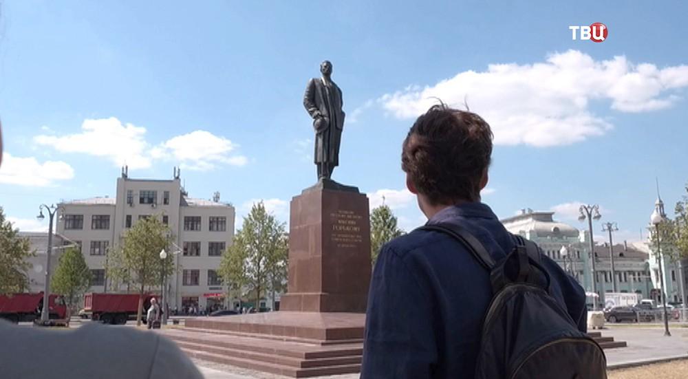 Актер Иван Колесников осматривает Москву