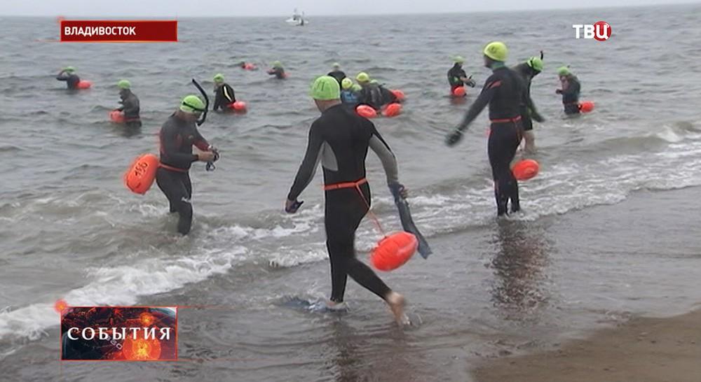 Участники заплыва через Амурский залив во Владивостоке