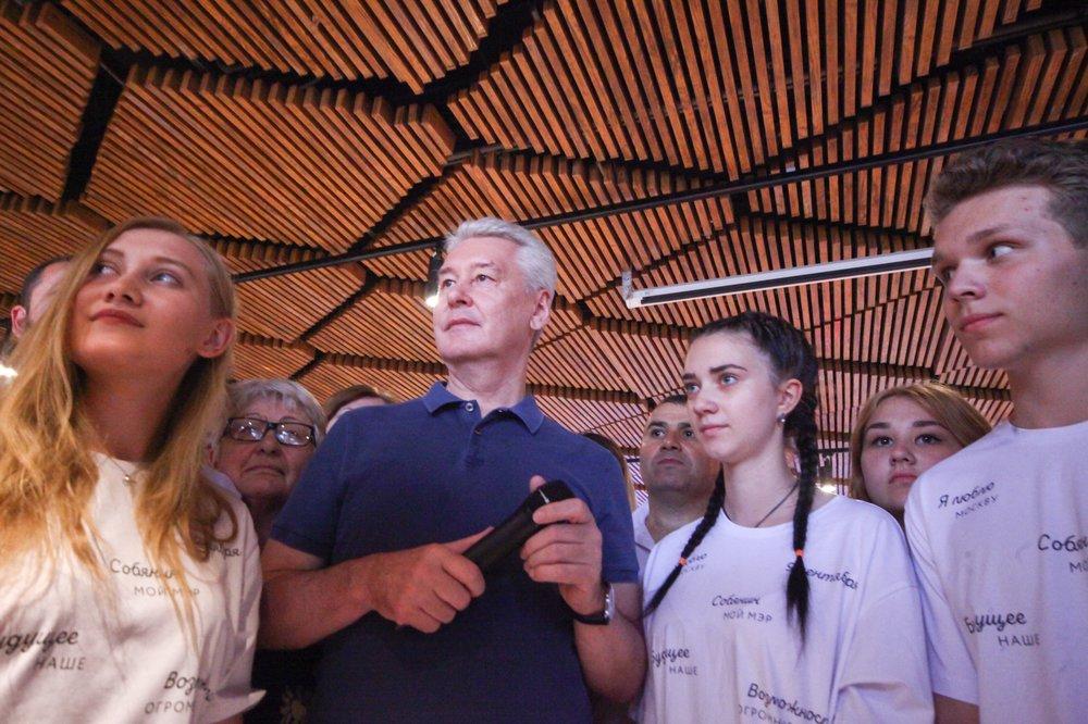 Сергей Собянин во время встречи в избирательном штабе с волонтёрами