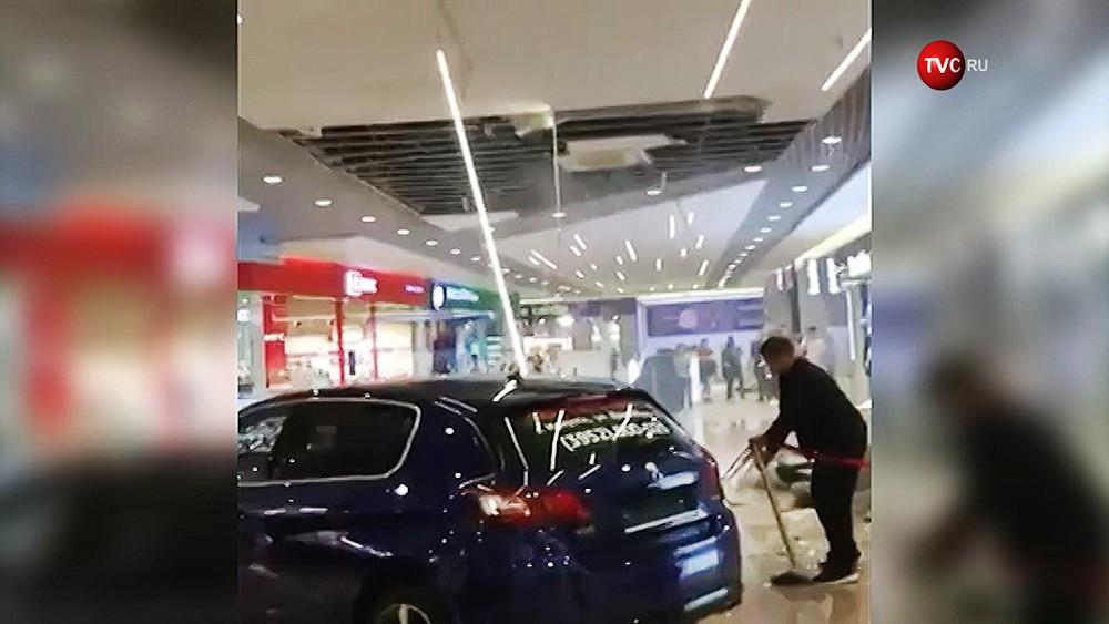 Обрушение потолка в ТЦ