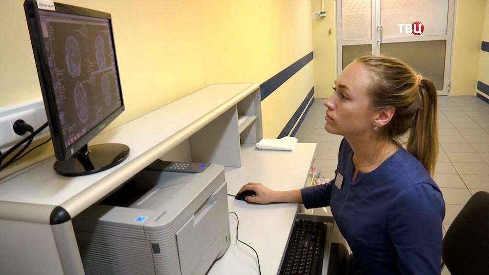 Врачи изучают рентгеновский снимок