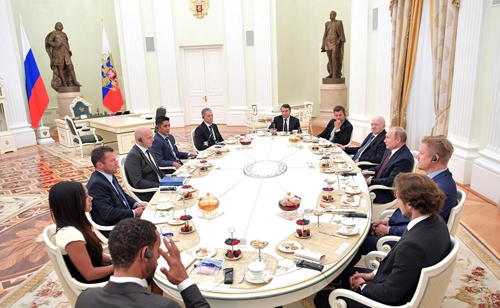 Владимир Путин на встрече с президентом ФИФА Джанни Инфантино и легендарными футболистами из разных стран