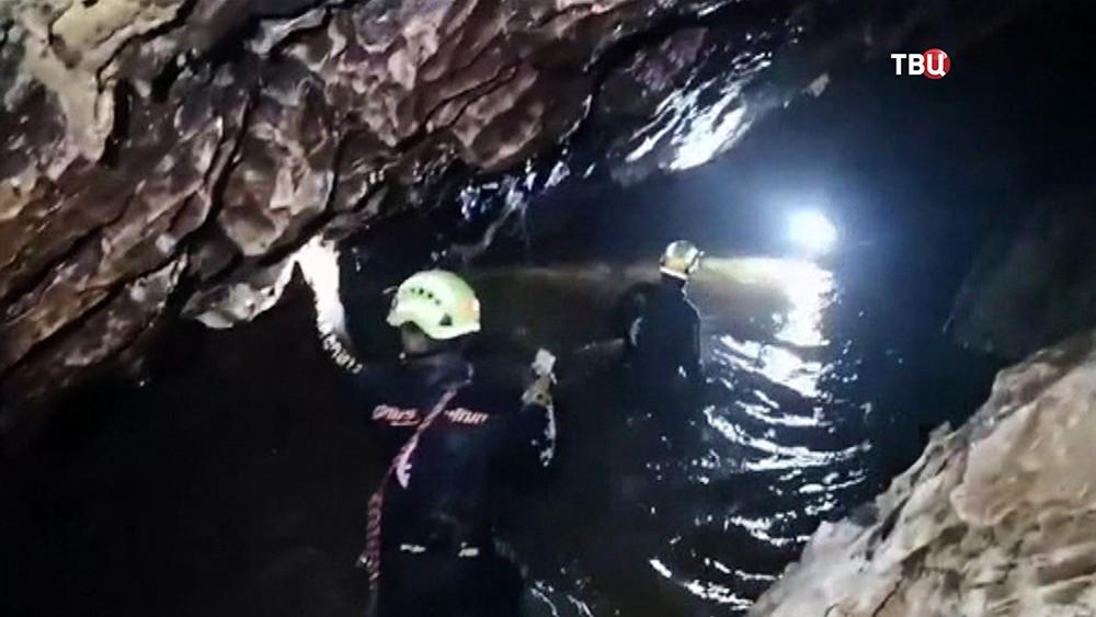 Дайверы в затопленной пещере в Таиланде