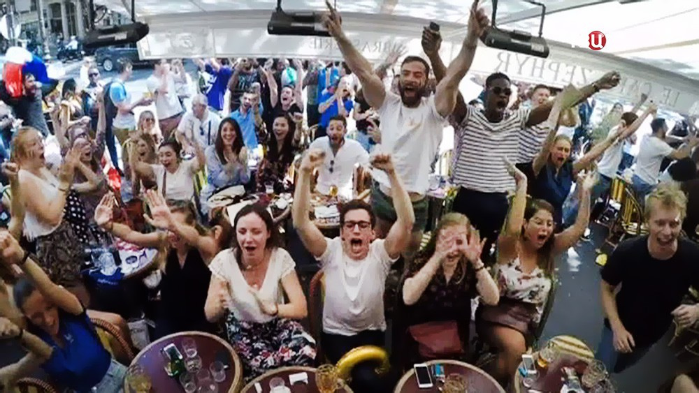 Французские болельщики радуются победе сборной