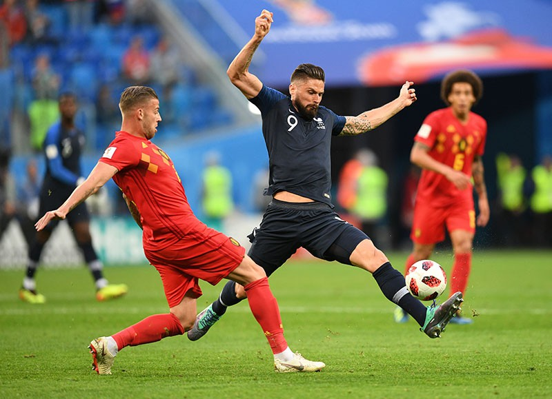 Тоби Алдервейрелд и Оливье Жиру в полуфинальном матче чемпионата мира по футболу
