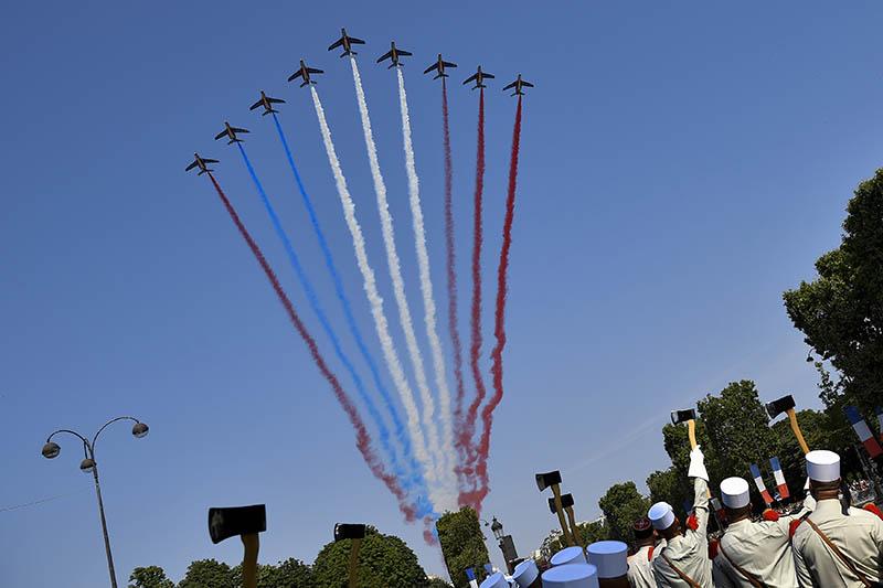 Авиапарад в Париже. Празднование Дня взятия Бастилии во Франции