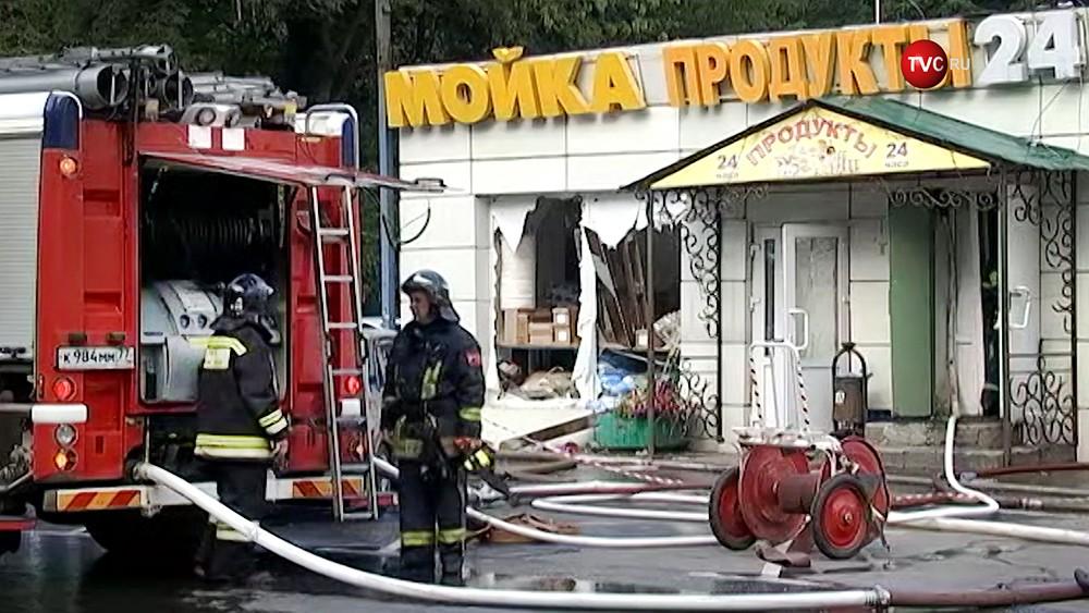 Пожарные на месте взываниям газа в магазине