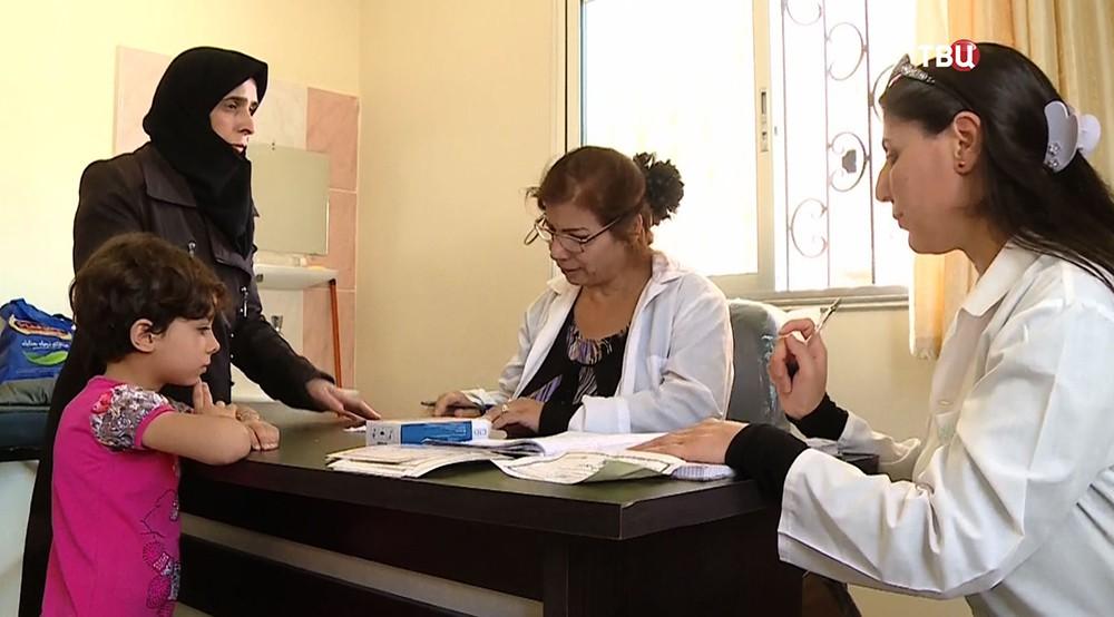 Сирийский врач осматривает пациентов
