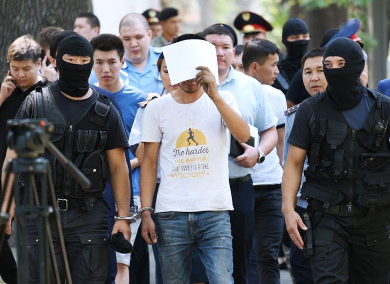 Полицейские и подозреваемый в убийстве фигуриста Дениса Тена Нуралы Киясов