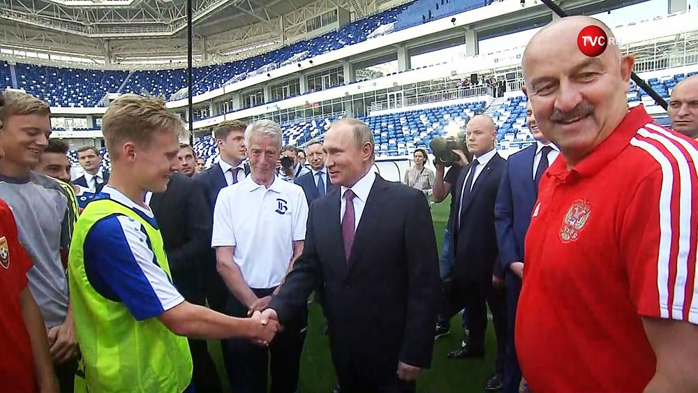 Владимир Путин и юные футболисты