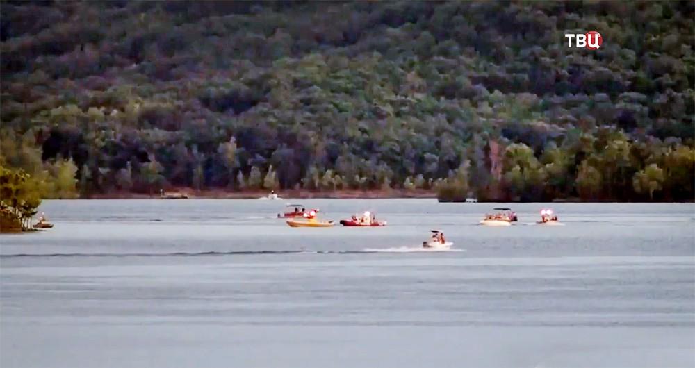 Спасатели США работают на месте крушения прогулочного корабля на озере Тейбл-Рок в штате Миссури