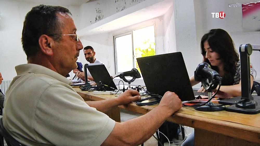 Жители Сирии получают документы