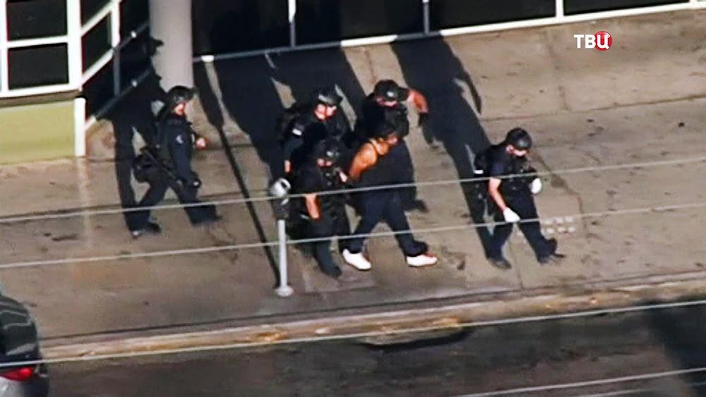 Полиция США ведет задержанного