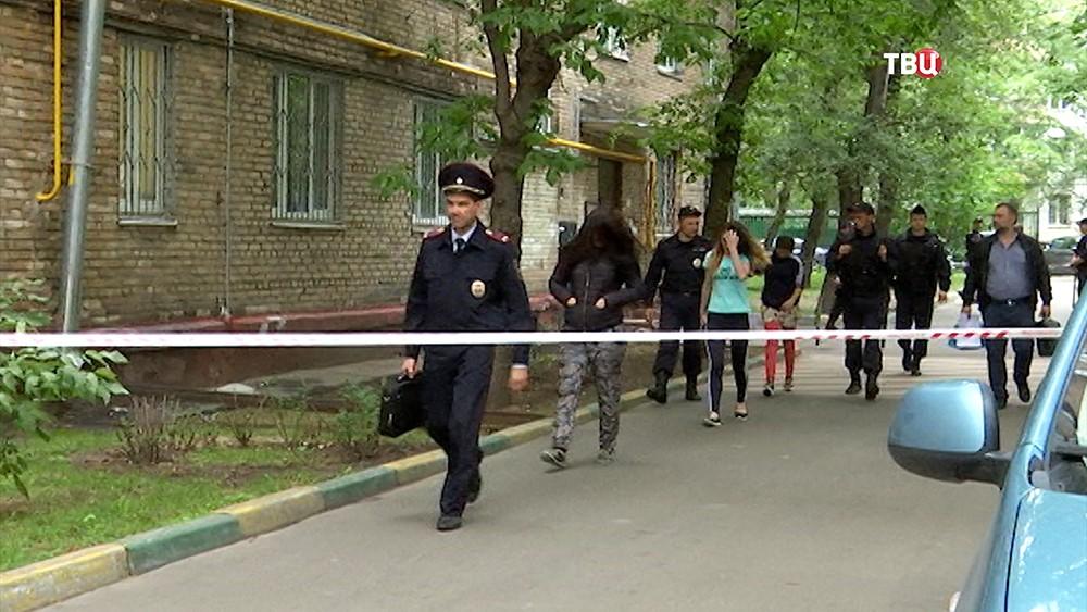 Полицейское оцепление возле жилого дома по улице Симоновский вал