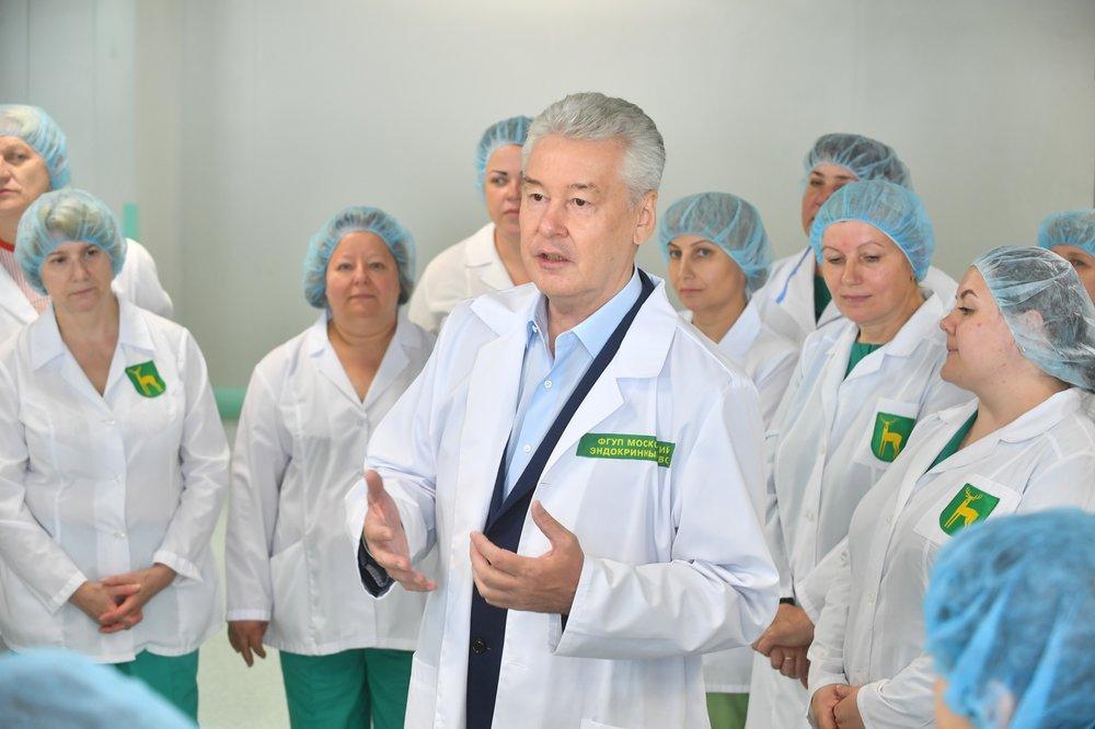 Сергей Собянин во время посещения Московского эндокринного завода