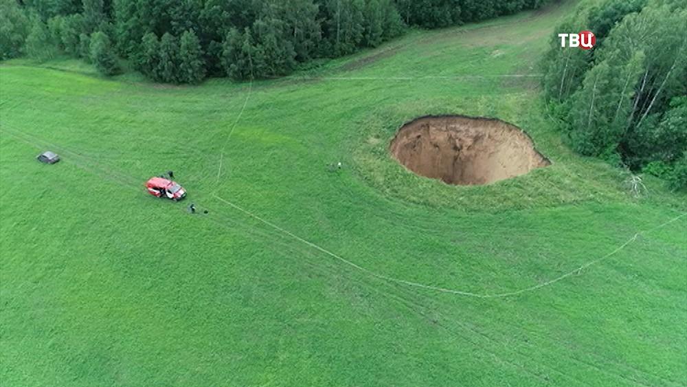 Огромная воронка на поле в Нижегородской области