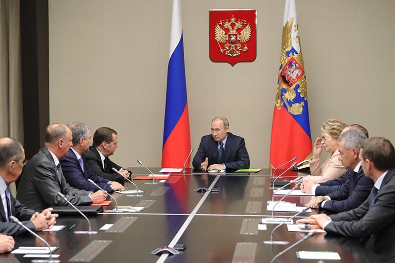 Владимир Путин проводит совещание с постоянными членами Совета безопасности России