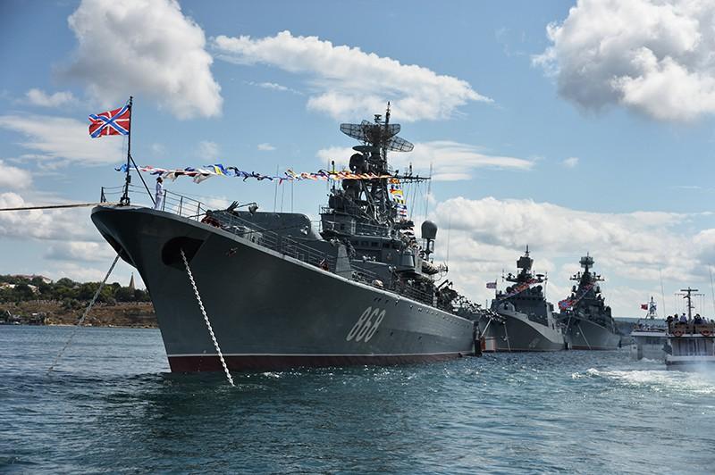 """Сторожевой фрегат """"Пытливый"""" и фрегат """"Адмирал Григорович"""" (слева направо) во время репетиции парада"""