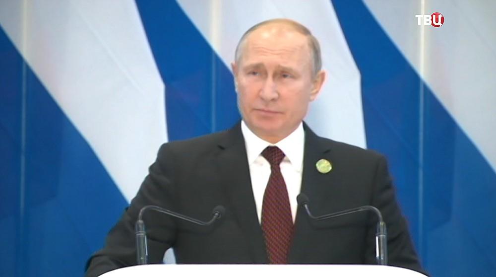 Владимир Путин во время пресс-конференции
